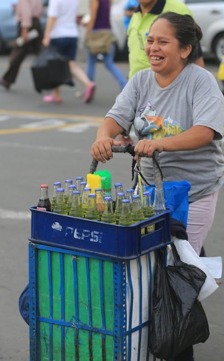 Inca Cola Seller  / Vendedora de Inca Cola en el Barrio Chino.