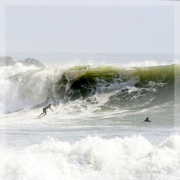 Corriendo olas en Peru- SurfingPeru